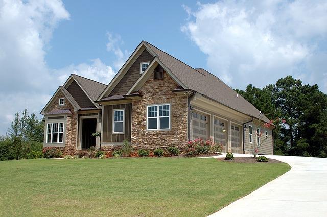 moderní dům, cihly, zelená tráva, cesta