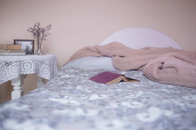 kniha v posteli
